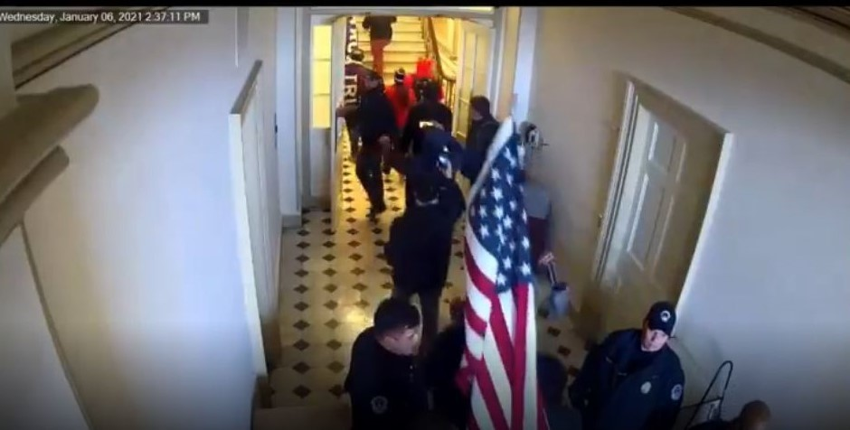 Watch: Jan. 6 Video That Was Suppressed Shows Capitol Police Officer Waving Protesters Into Building - Becker News